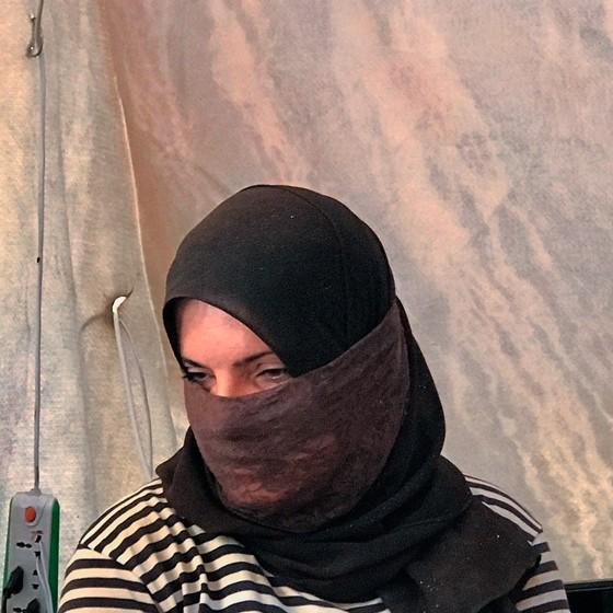 Tswahin Zalih em sua tenda.Ela abandonou o marido do EI mas sofre represálias (Foto:  Carla Aranha/ÉPOCA)
