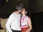Letícia Sabatella troca beijos com o marido após apresentar peça
