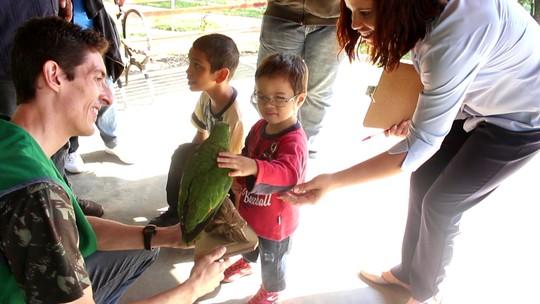 Deficientes visuais fazem 'caça ao tesouro' com familiares em parque de Sorocaba