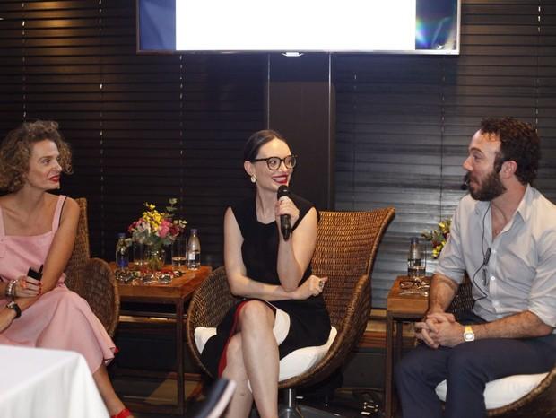 Na palestra, os três ensinaram a escolher modelos para diversos tipos de rosto (Foto: Charles Naseh)