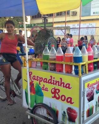 Vendedora aposta na venda de bebida colorida na Parada Gay (Foto: Quésia Melo/G1)