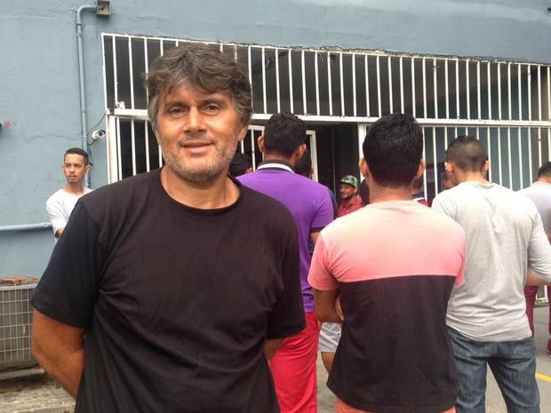 Eleitor José Raimundo de Brito, de 47 anos, aguardava a abertura dos portões para votação  (Foto: Indiara Bessa/G1 AM)