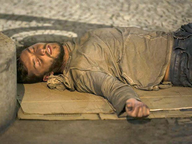 Depois de beber com mendigos, Léo dorme na rua (Foto: Inácio Moraes/ Gshow)