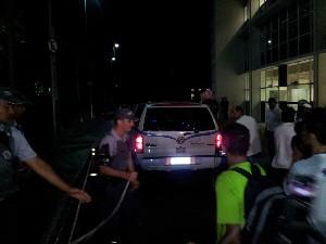 Corpo de Chorão chega para velório em ginásio de Santos (Foto: Ivair Vieira Jr/G1)