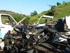 Batida com caminhão mata motorista de van na BA; veículo fica destruído