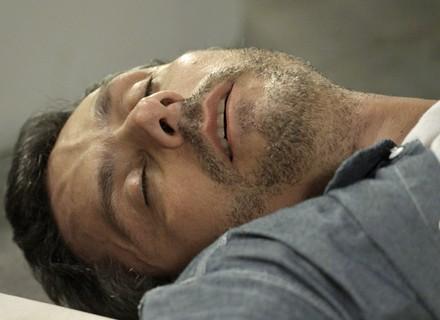 Romero desmaia, bate a cabeça, sangra, e Atena se desespera