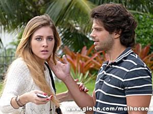 Sofia é surpreendida pelos flashes e se assusta (Foto: Malhação / TV Globo)