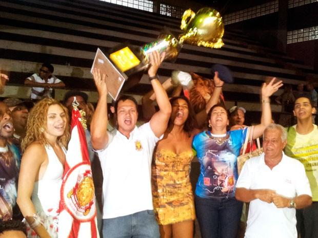 Mocidade Unida da Glória comemora o título de campeã do carnaval 2013 (Foto: Mariana Perim/G1 ES)
