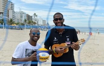 """Na """"Ousadia & Alegria"""", Evandro joga e canta com ídolo Thiaguinho na praia"""