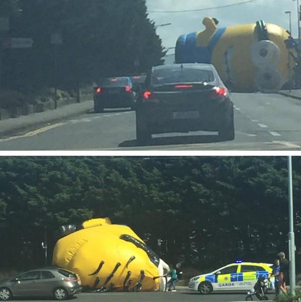 Minion inflável gigante provocou caos no trânsito após cair em rodovia na Irlanda (Foto: Reprodução/Twitter/Erin VL)