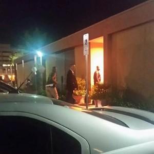 Kobe Bryant visita Lamar Odom em hospital na Califórnia (Foto: Reprodução/Twitter)