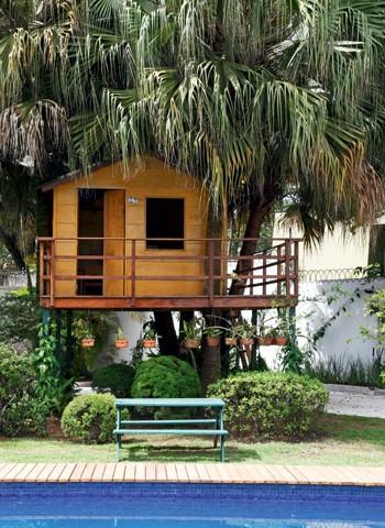 Camuflada debaixo das palmeiras, a casa é totalmente integrada ao jardim.  O aspecto rústico é sua principal característica (Foto: Evelyn Müller)