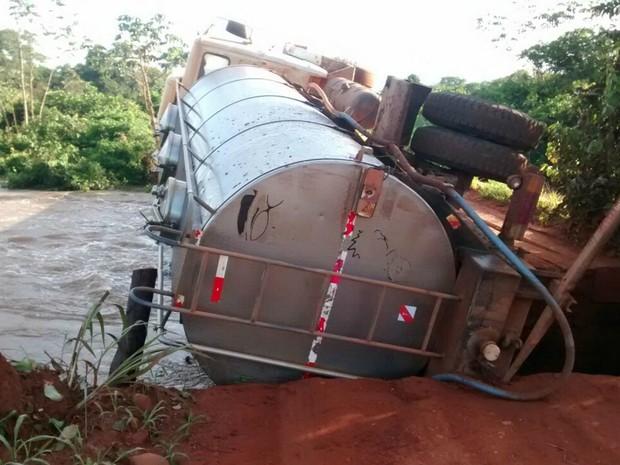 Caminhão tombou após cabeceira de ponte ruir em Pontes e Lacerda (Foto: Vanderson Fernandes dos Santos/Arquivo pessoal)