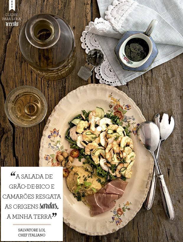 O grão-de-bico entra na forma de purê nessa salada de camarões, que leva ainda rúcula e presunto de Parma. Guardanapo Atelier Casa Tua  (Foto: Cacá Bratke/Editora Globo)