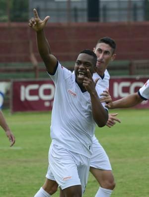 William Chrispim comemora gol do triunfo do Doze sobre o Vitória-ES (Foto: Ricardo Medeiros/A Gazeta)