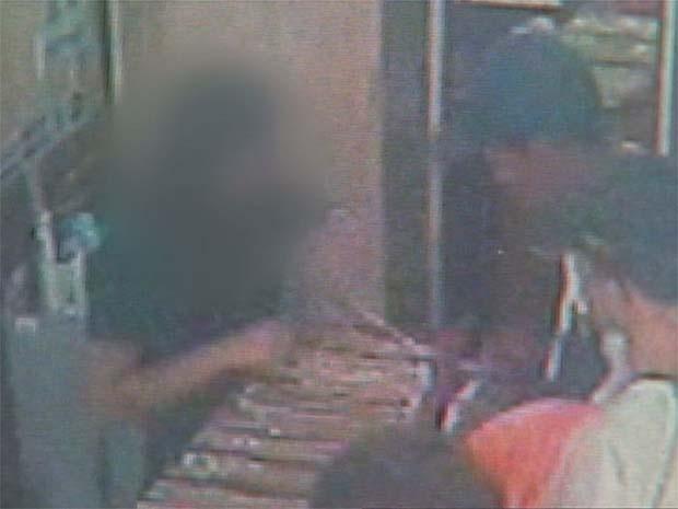 Dupla ameaça funcionária de joalheria de Ribeirão Preto durante assalto (Foto: Reprodução/EPTV)