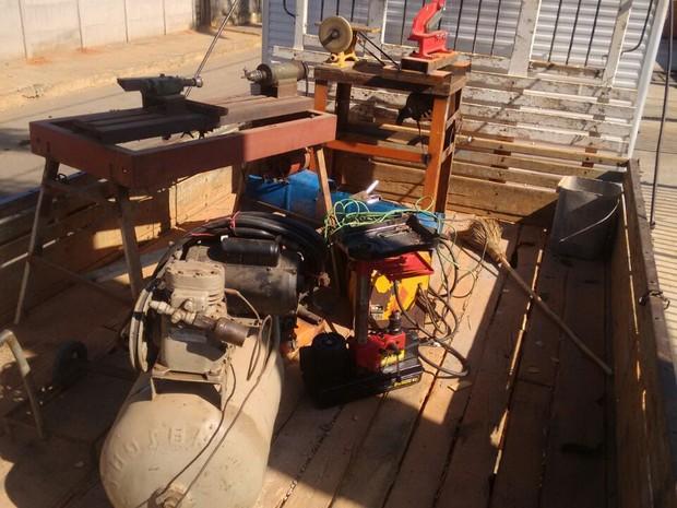 Máquinas utilizadas na fabricação de armas em Pompéu (Foto: PM/Divulgação)
