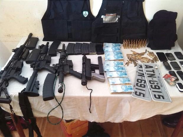 Polícia encontrou com a dupla três fuzis, uma metralhadora e uma grande quantidade de explosivos (Foto: Divulgação)
