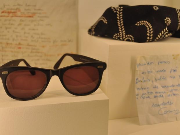 Objetos pessoais originais do cantor em exposição, como o óculos e lenço eternizados por Cazuza (Foto: Guilherme Tosetto/G1)