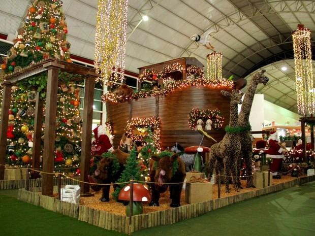 Além da tradicional árvore, decoração no Montes Claros Shopping traz arca de Noé e seus animais. (Foto: Dione Afonso/ASCOM Montes Claros Shopping)