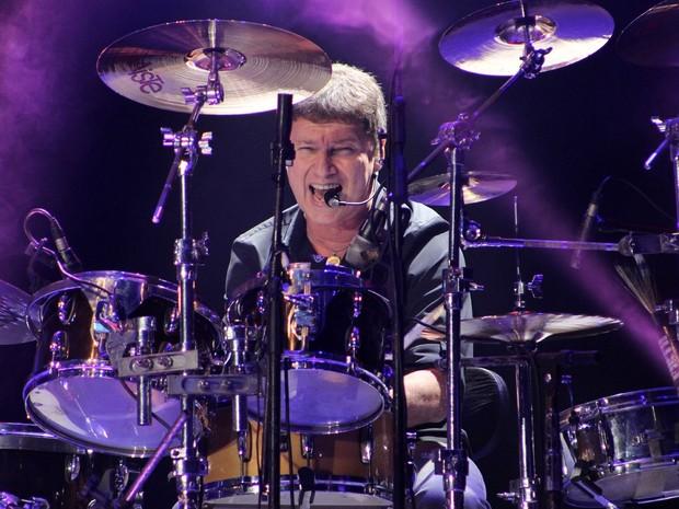 Serginho trocou de bateria durante show (Foto: Jamile Alves/G1 AM)