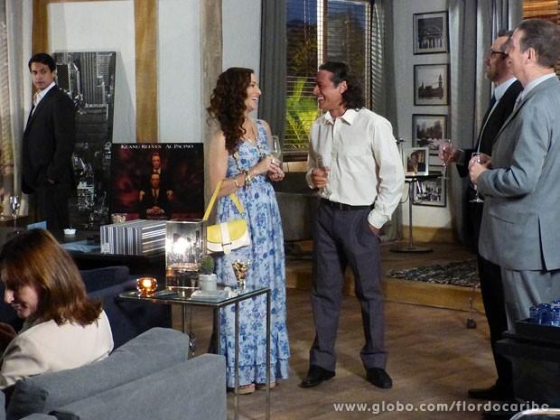 Hélio faz carão ao ver Donato e Bibiana conversando com executivos (Foto: Flor do Caribe / TV Globo)