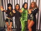 De pernas de fora, Anitta participa de gravação do Esquenta
