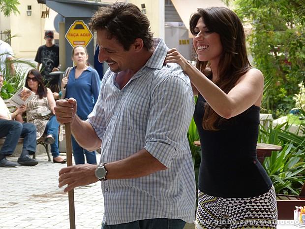 Vera vê Ronaldo sendo massageado por Andressa (Foto: Malhação / TV Globo)