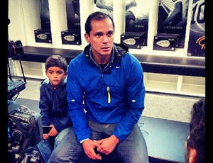 Giovanni e filho, no vestiário do Santos (Foto: Divulgação / Santos FC)