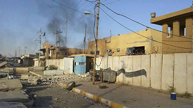 As pessoas mortas teriam sido retiradas da cidade de Hit, que foi tomada pelo Estado Islâmico (Foto: Reuters)