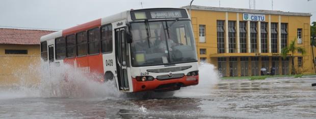 Alguns pontos de alagamento foram registrados em João Pessoa após as chuvas deste domingo (28) (Foto: Walter Paparazzo/G1)