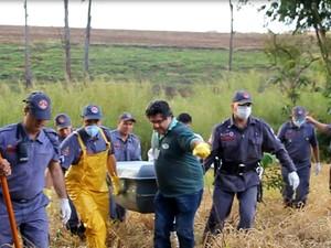 Corpo de Gabriel é retirado de córrego pelo Corpo de Bombeiros em Araraquara (Foto: Rodrigo Michelutti)