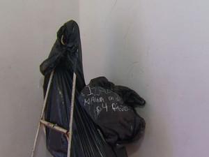 Ossos são colocados em sacos de lixo sem identificação em Itirapina (Foto: Felipe Lazzarotto/ EPTV)