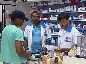 Farmacêutico orienta paciente na compra de medicamentos em Ribeirão Preto (Foto: Reprodução/EPTV)