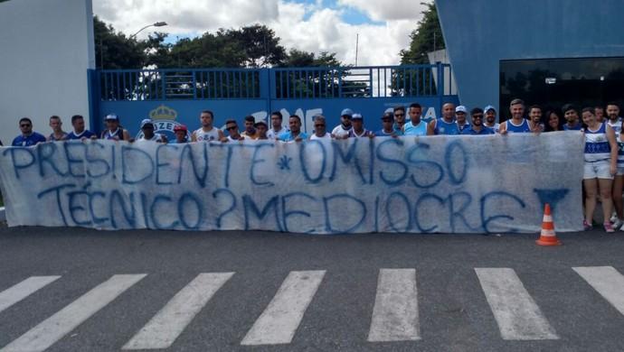 Torcedores exibem faixa de protesto em frente à Toca da Raposa II (Foto: Pablo Soares)