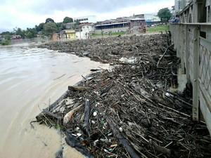 Devido à cheia, uma grande quantidade de balseiros se acumularam na Ponte Metálica, em Rio Branco (Foto: Rodilson Bardales/Arquivo Pessoal)