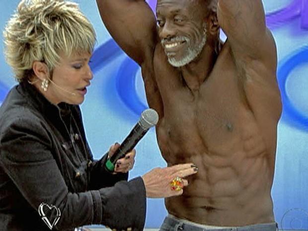 Ana Maria confere o tanquinho do gari Jorge Veloso (Foto: Mais Você / TV Globo)