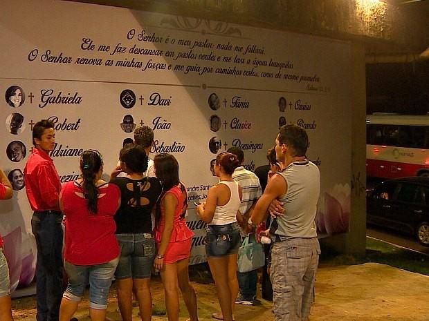 Painel com nomes e fotos de vítimas foi colocado no local do acidente (Foto: Reprodução/TV Amazonas)