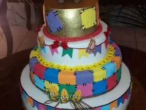 Bolo do casamento tinha detalhes com elementos juninos (Foto: Amanda Sales/Arquivo Pessoal)