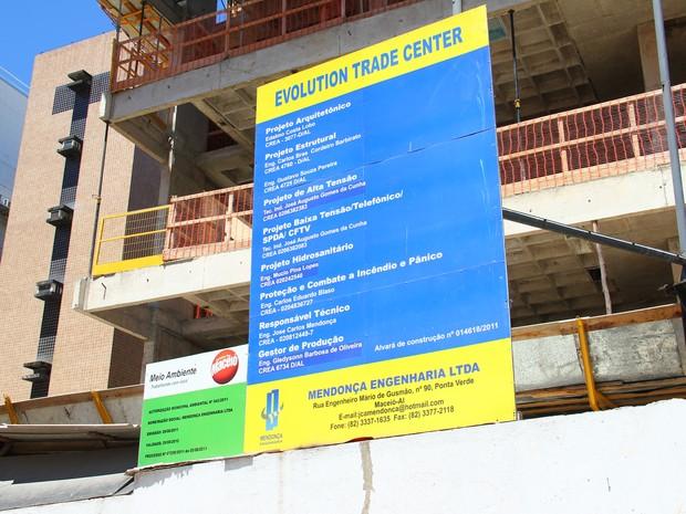 Placa indica que obra é da empresa Mendonça Engenharia Ltda. (Foto: Jonathan Lins/G1)