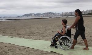 Esteiras de borracha facilitam locomoção de cadeirantes em Santos