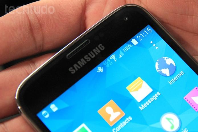Parte frontal do Galaxy S5, na parte superior tela mostra conexão 4G (Foto: Isadora Díaz/TechTudo)