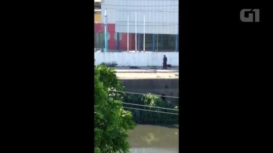 Vídeo mostra PMs atirando em homens caídos no chão no Rio