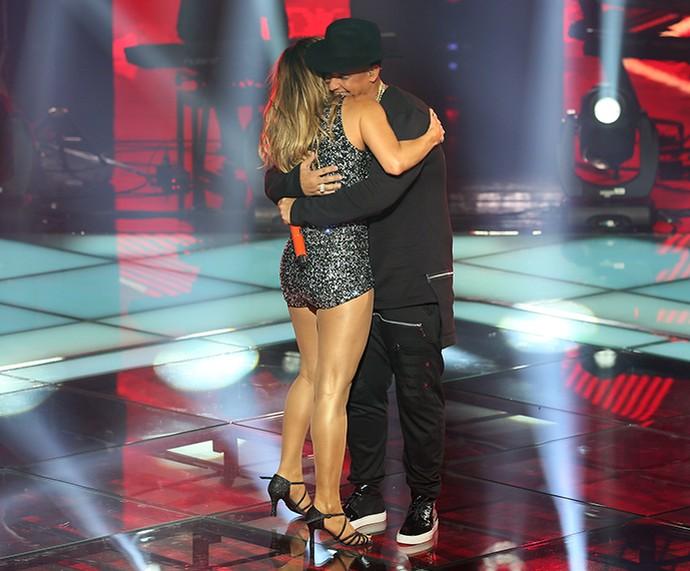 Claudia Leitte e Daddy Yankee se abraçam depois da apresentação de 'Corazón' (Foto: Isabella Pinheiro / Gshow)