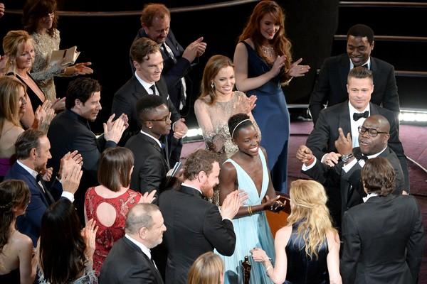 A atriz Lupita Nyong'o sendo aplaudida por vários atores e atriz e também pelo produtor Harvey Weinstein ao vencer o Oscar de Melhor Atriz Coadjuvante em 2014 (Foto: Getty Images)