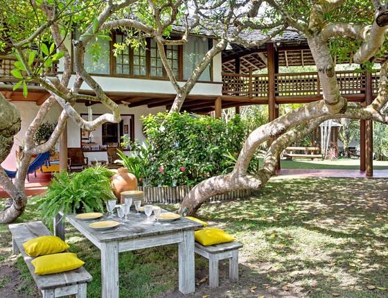 O amplo jardim ganhou uma mesa que serve para fazer refeições à sombra das árvores (Foto: Lucas Silva)