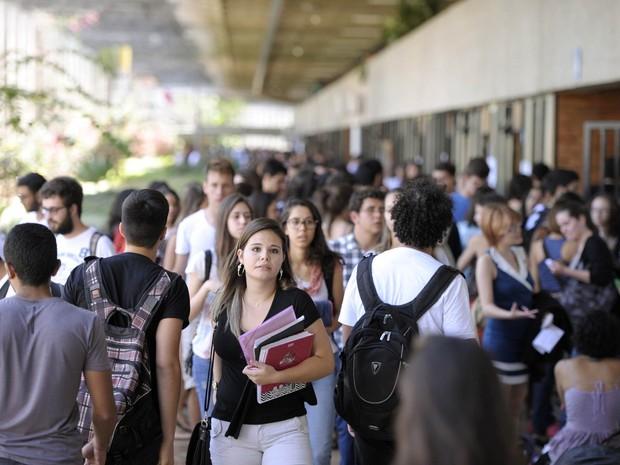 Multidão de pessoas no campus da UnB, em Brasília (Foto: Edilson Rodrigues/Agência Senado)