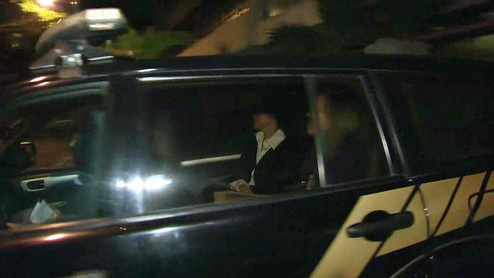 Adriana Ancelmo deixa apartamento no Leblon para prestar depoimento à Justiça Federal em Curitiba (Foto: Reprodução/TV Globo)