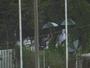 """Torcedores improvisam """"camarote"""" em muro para assistir a Cruzeiro-RS x Ju"""