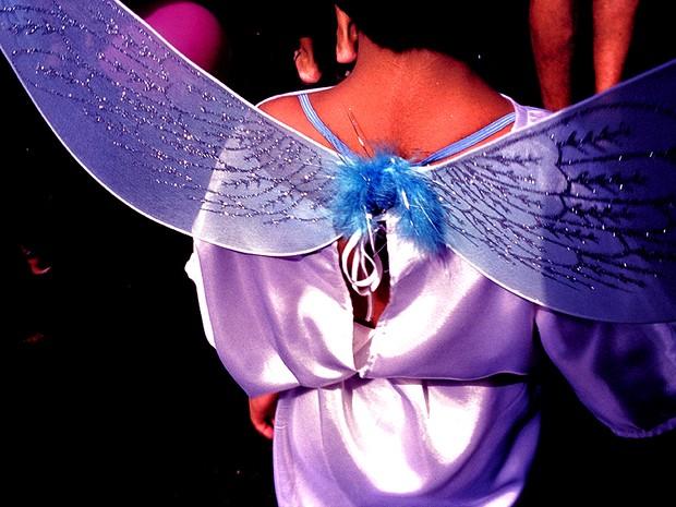 Criança vestida de anjo agradece a graça alcançada durante o Círio. (Foto: Guy Veloso/ Divulgação)